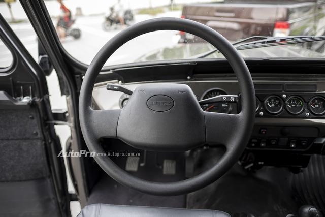 Vô-lăng ốp nhựa được trợ lực bằng cơm, cách mà cánh tài xe nói vui với nhau khi xe không hề được trợ lực thuỷ lực hay điện.