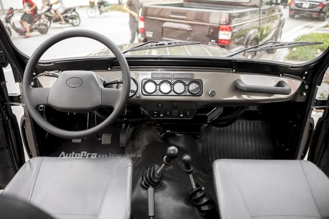 Nếu các bạn đã từng học lái với những chiếc xe như Uaz 469 hay Gaz 69 thì sẽ chẳng thấy lạ lẫm gì khi bước vào bên trong Hunter. Tuy nhiên, nếu bạn là người đang sử dụng một chiếc xe Hàn Quốc, Nhật hay Mỹ thì nội thất bên trong chiếc Uaz Hunter này thực sự là bức tranh không màu, tối giản đến mức không thể hơn được nữa.