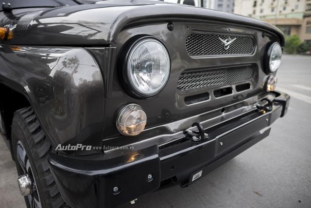 Hệ thống đèn chiếu sáng của xe vẫn là đèn Halogen với thiết kế tròn và to bản đậm chất Nga. Bên cạnh đó, có thể thấy lỗ quay tay thần thánh ở chính giữa đầu xe cho phép người lái khởi động máy thông qua việc sử dụng tay quay để quay bánh đà.