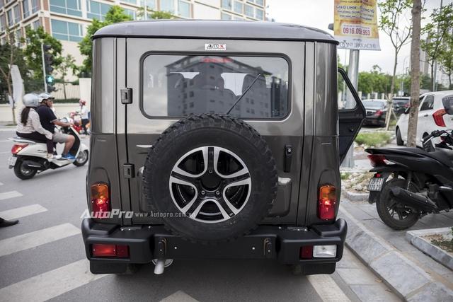 Uaz Hunter được trang bị thêm một lốp dự phòng treo ở cánh cửa sau. Nhìn từ đằng sau, trông Uaz Hunter khá giống Mercedes-Benz G-Class.
