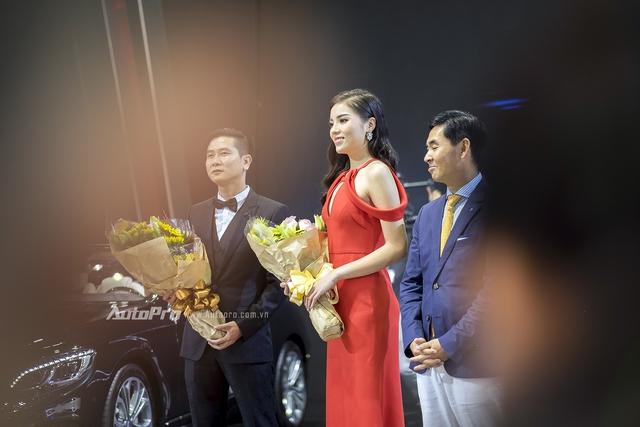 Hoa hậu Kỳ Duyên cùng nhạc sĩ Hồ Hoài Anh tại gian hàng của Mercedes-Benz.