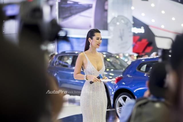 Siêu mẫu Hà Anh đảm nhiệm vai trò MC tại gian hàng của Volkswagen.