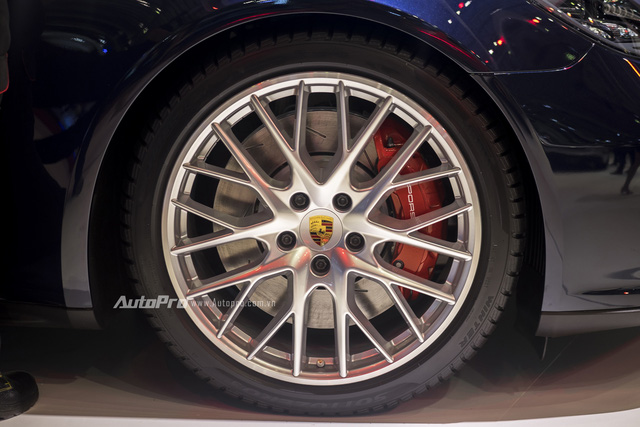 Porsche Panamera Turbo 2017 được trang bị vành la-zăng hợp kim với thiết kế đa chấu thể thao mang kích thước 21.