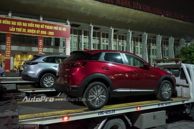 Về kích thước, Mazda CX-3 sở hữu chiều dài tổng thể 4.275 mm và cao 1.550 mm. So với Mazda2 thế hệ mới, Mazda CX-3 2016 đương nhiên dài và cao hơn đáng kể. Trong khi đó, chiều dài cơ sở của Mazda CX-3 2016 lại tương đương với Mazda2 thế hệ mới, ở mức 2.570 mm.