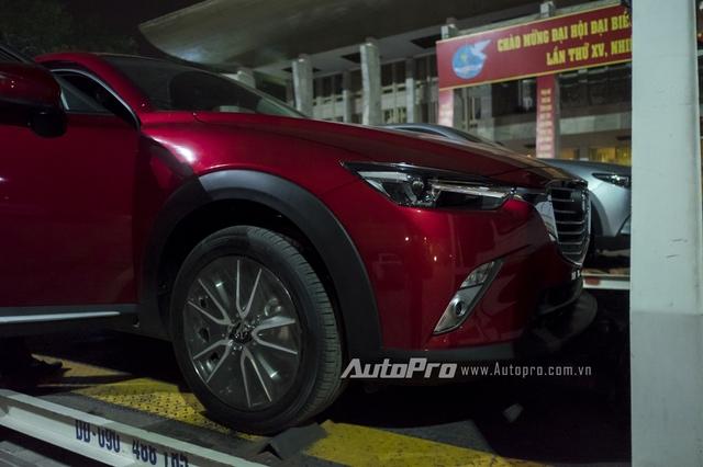 Mazda CX-3 được trang bị lưới tản nhiệt nổi bật, cụm đèn pha vuốt ngược về phía sau và nẹp thân bằng nhựa.