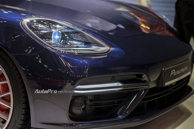 Phần đầu xe nổi bật với đèn chiếu sáng dạng và đèn định vị ban ngày dạng LED.