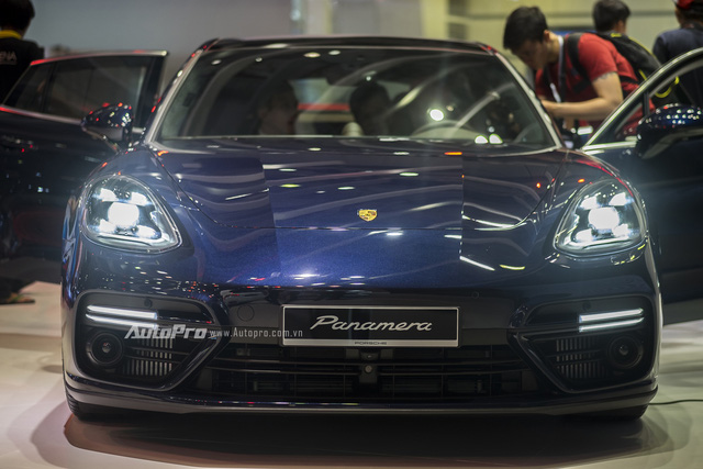 Về mặt thiết kế ngoại thất, Porsche Panamera Turbo 2017 bắt mắt người nhìn bởi các đường nét vừa thể thao nhưng vẫn sang trọng. Porsche Panamera Turbo 2017 trông thể thao hơn hẳn nhờ trần xe dốc xuống như xe coupe. Điều này cũng khiến khoang hành khách phía sau của Porsche Panamera thế hệ mới bị giảm 20 mm chiều cao.
