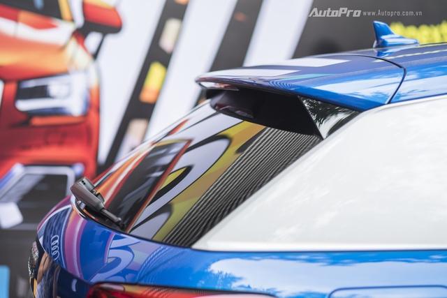 Nếu nhìn từ bên ngoài, Audi Q2 còn tạo cảm giác giống một mẫu coupe thể thao với cửa kính hẹp, trần xe thấp.
