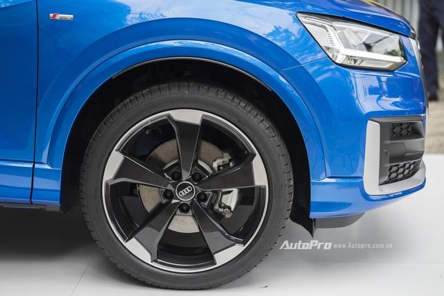 Audi Việt Nam cung cấp nhiều tuỳ chọn la-zăng với kiểu dáng và kích thước khác nhau cho Q2. Riêng chiếc Audi Q2 trưng bày trong sự kiện ra mắt được trang bị la-zăng 5 chấu với kích thước 19 inch.