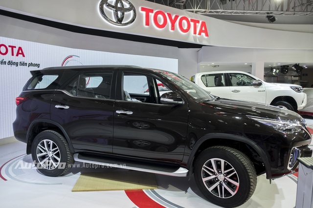"""Phần sườn xe nổi bật, bộ la-zăng 18 inch tùy chọn và lốp có kích thước 265/60 tiêu chuẩn giúp tạo ra dáng đứng bề thế hơn cho mẫu SUV ăn khách nhà Toyota. Bên cạnh đó là các trụ xe màu đen và đèn hậu dạng LED thanh mảnh """"tông xuyệt tông"""" với đèn pha."""