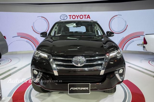 Xe đi kèm cụm đèn pha thanh mảnh dạng Bi-LED và lưới tản nhiệt tái thiết kế với nhiều chi tiết mạ crôm sáng bóng.  Bên dưới là cản va đậm chất cơ bắp với những chi tiết mạ crôm điểm xuyết, mang đến vẻ nam tính cho đầu xe của Toyota Fortuner 2016.