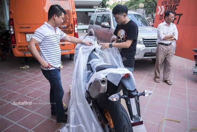 Sau một thời gian chờ đợi, chiếc mô tô địa hình KTM 690 SMC R đời 2017 đã về tới Việt Nam và chính thức được đập hộp vào ngày 19/11/2016.