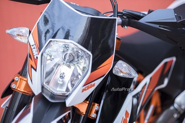 Xe vẫn chỉ được trang bị đèn chiếu sáng dạng Halogen. Đây là một trang bị đơn giản nhưng thực dụng trên những cung đường cho các biker mê mẩn dòng xe mô tô địa hình.