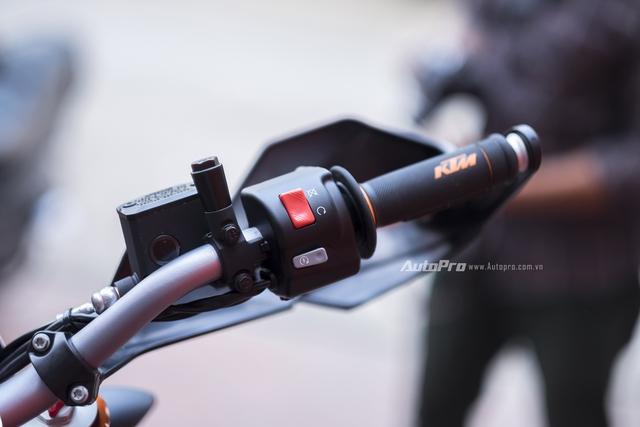Tay lái của KTM 690 SMC R 2017 thiết kế đơn giản với ít nút bấm.