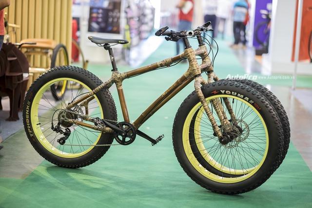 Với thiết kế khác lạ cùng chất liệu thuần Việt, có lẽ chiếc xe đạp khung tre ba bánh này là chiếc xe hấp dẫn nhất tại triển lãm Vietnam Cycle 2016.