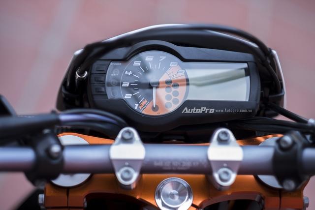 Mặt đồng hồ của xe vẫn là sự kết hợp giữa cơ và điện tử. Khi mà đồng hồ cơ hiển thị tốc độ vòng tua và màn hình điện tử hiển thị đa thông tin.