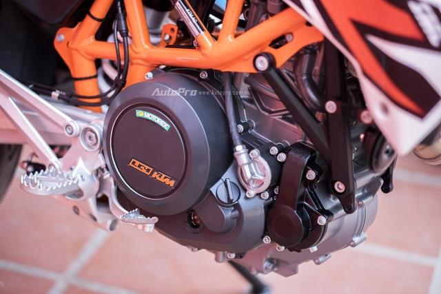 Trái tim cung cấp sức mạnh cho KTM 690 SMC R 2017 là khối đông cơ dung tích 690cc với công suất tối đa 65,7 mã lực và hộp số 6 cấp.