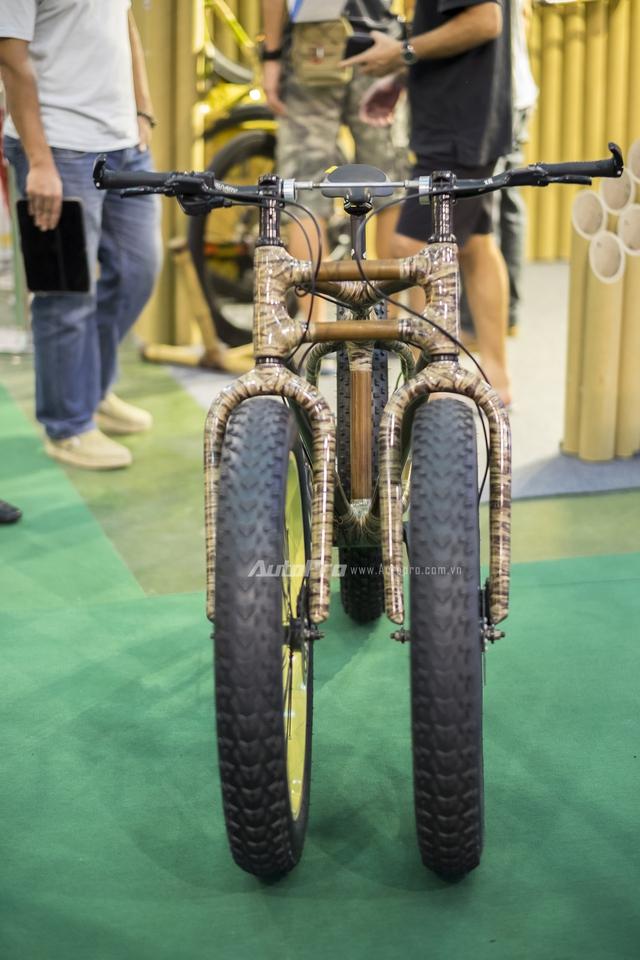 Chiếc xe đạp ba bánh khi nhìn trực diện, đây là thiết kế thường gặp ở những chiếc mô tô như Can-am hay Piaggio MP3 hay Yamaha Tricity.