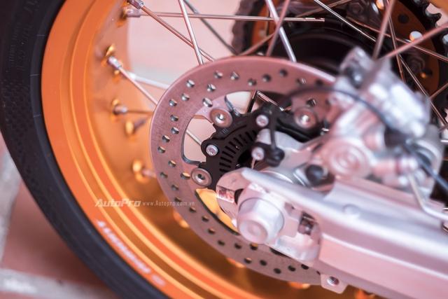 Phanh đĩa sau có kích thước 240mm và tất nhiên hệ thống chống bó cứng phanh ABS vẫn được trang bị trên cả hai bánh của KTM 690 SMC R 2017.