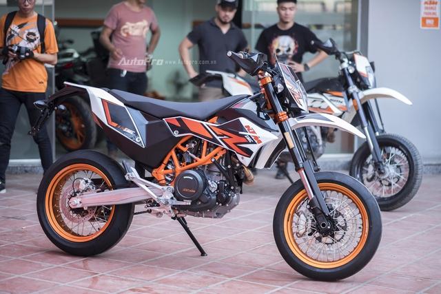 Là một chiếc xe mô tô địa hình nên KTM 690 SMC R 2017 có khoảng sáng gầm xe 270mm và chiều cao yên lên tới 890mm. Đây là nỗi e ngại của nhiều biker Việt.