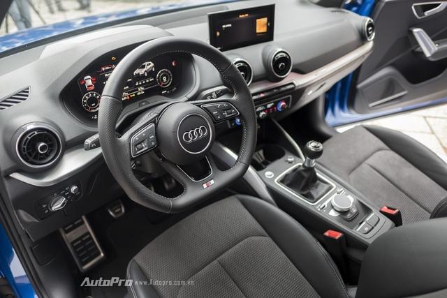 Bên trong Q2 là không gian nội thất góc cạnh như thường thấy ở những chiếc xe Audi với màn hình giao tiếp MMI kích thước 5,8 inch.