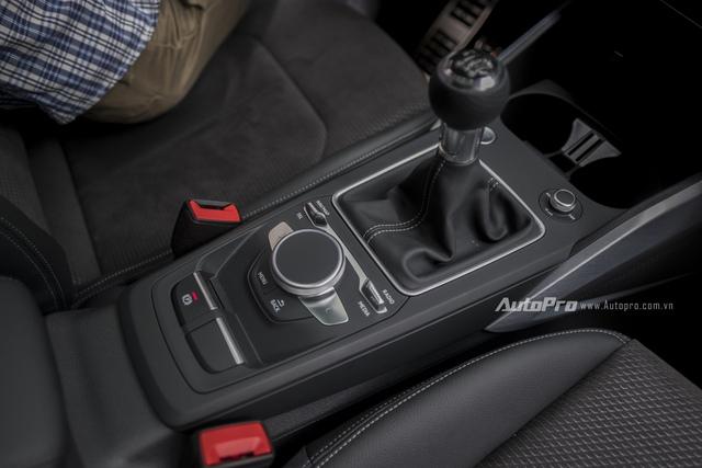 Tuy nhiên, chiếc xe Audi Q2 đầu tiên xuất hiện tại Việt Nam lại là bản thử nghiệm và trưng bày tại Triển lãm VIMS 2016 nên chỉ được trang bị hộp số sàn 6 cấp.