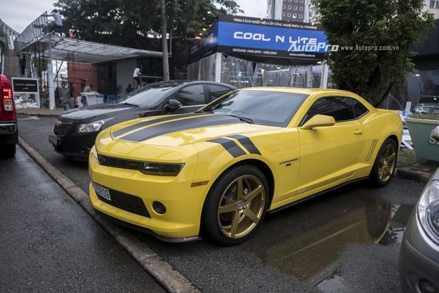 Một chiếc Chevrolet Camaro RS màu vàng với tem Transformers bắt mắt.