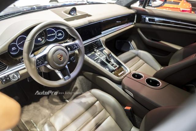 Bản thân thiết kế nội thất của Porsche Panamera 2017 chịu ảnh hưởng từ Porsche 911. Ở thế hệ mới, những nút bấm cổ điển của Porsche Panamera được thay bằng màn hình độ phân giải cao và những bề mặt cảm ứng nhạy. Nhờ đó, nội thất của Porsche Panamera thế hệ mới trông đơn giản và gọn gàng hơn.