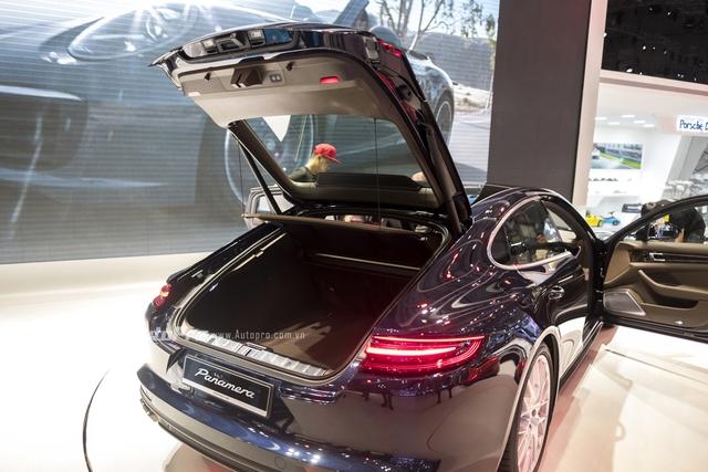 Cửa khoang hành lý của Porsche Panamera Turbo 2017 được điều khiển tự động có thể đóng/mở bằng nút bấm.