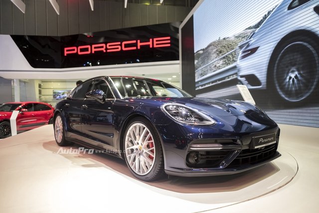 Porsche Panamera 2017 mới được giới thiệu hồi cuối tháng 6/2016 vừa qua nhưng đã nhanh chóng được Porsche Việt Nam ra mắt khách hàng trong nước tại triển lãm VIMS 2016 với mức giá cho bản Porsche Panamera Turbo là 10,66 tỉ đồng.