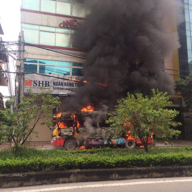 Chiếc xe buýt bốc cháy dữ dội ngay trên phố. Ảnh: Đức Quyết.