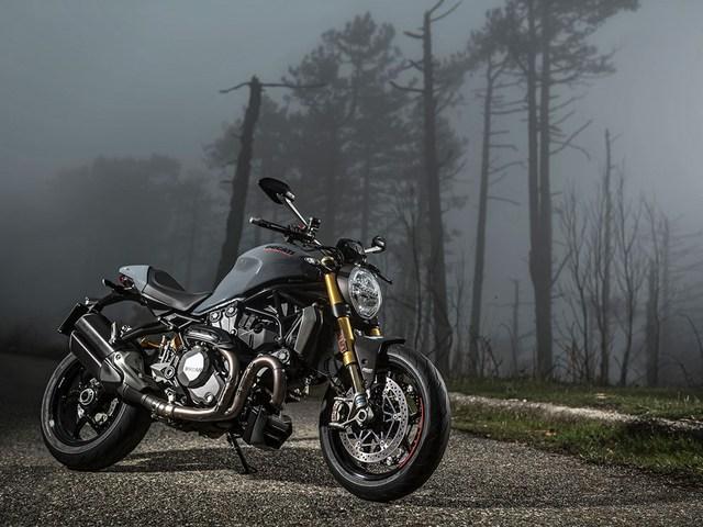 Triển lãm EICMA diễn ra hàng năm tại Milan, Ý, là dịp dể các hãng mô tô trình làng nhiều siêu phẩm của mình. Trong triển lãm năm nay, Ducati đã mang đến dàn xế khủng, bao gồm toàn hàng hot như 1299 Superleggera, Monster 797, Scrambler Desert Sled và Monster 1200 nâng cấp.