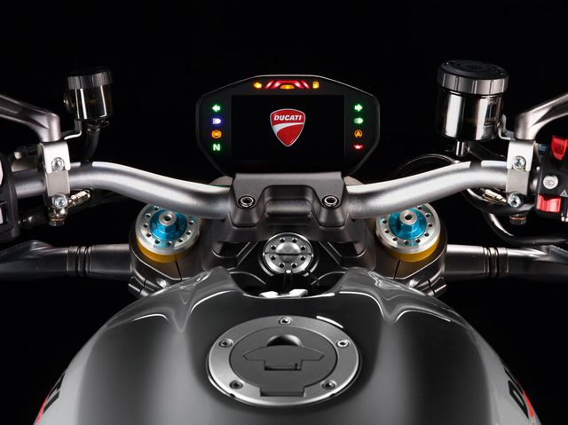Các công nghệ hỗ trợ nằm trong gói Ducati Safety Pack bao gồm 3 chế độ lái Sport, Touring và Urban, hệ thống kiểm soát lực kéo Ducati Traction Control với 8 cấp độ, đều được thể hiện qua màn hình màu TFT có thiết kế đẹp mắt. Đối với bản S, màn hình này có thể tùy chỉnh màu sắc.