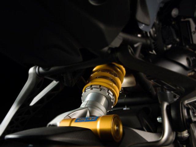 Ducati Monster 1200 2017 còn nhận được một số chỉnh sửa như gắp sau bằng nhôm có thiết kế nhỏ hơn so với phiên bản trước. Ở bản S trang bị tiêu chuẩn là hệ thống treo của Ohlins với cặp phuộc trước có đường kính 48 mm và gắp đơn đằng sau.