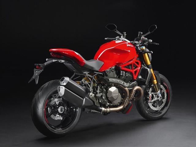Nâng cấp quan trọng nhất của Ducati Monster 1200 2017 là khối động cơ Testastretta L-Twin, góc nghiêng 11 độ, được tăng thêm 15 mã lực ở phiên bản tiêu chuẩn và 5 mã lực ở bản S thể thao hơn.