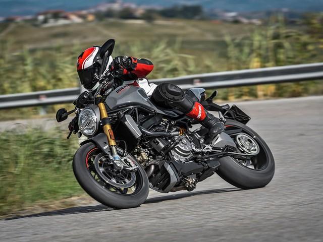 Kìm hãm khối động cơ mạnh mẽ trên Ducati Monster 1200 2017 là đĩa phanh cỡ lớn của Brembo. Trong đó, cặp đĩa phanh trước của phiên bản S có đường kính 330 mm.