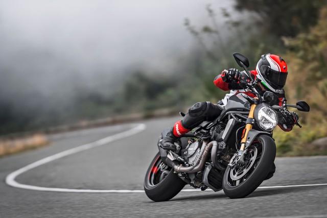 Đối với phiên bản tiêu chuẩn, Ducati Monster 1200 2017 có giá bán 11.495 Bảng Anh, tương đương 321 triệu Đồng. Trong khi đó, bản S có 2 mức giá khác nhau là 14.295 Bảng với màu đỏ và 14.495 Bảng với màu xám.