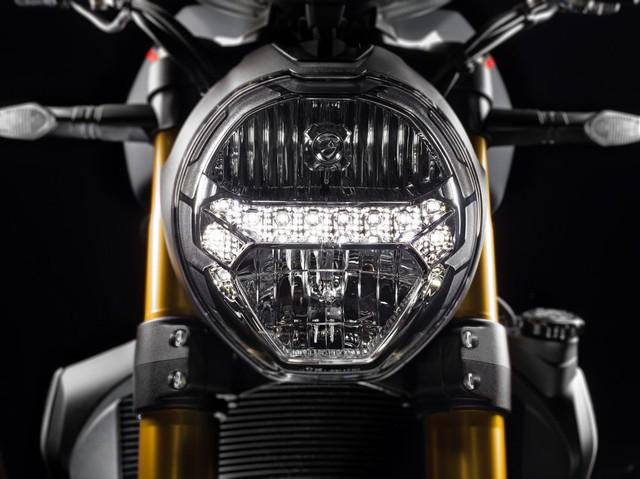 Những chỉnh sửa ở ngoại hình của Ducati Monster 1200 2017 bao gồm đèn pha tái thiết kế, có thêm dải đèn LED chiếu sáng ban ngày.