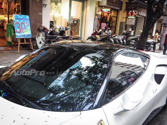 Đối lập với bộ áo trắng muốt của chiếc Ferrari 488 GTB này là trần xe được sơn màu đen bóng.