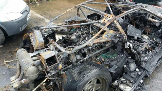 Ferrari F40 bị lửa thiêu rụi hoàn toàn tại Anh.