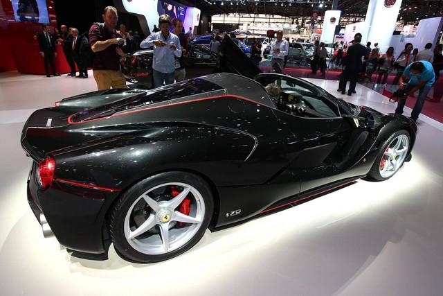 Ngoài ra, các kỹ sư của hãng Ferrari còn bổ sung hệ thống ngăn gió cho LaFerrari Aperta. Hệ thống này không chỉ giúp cải thiện tính khí động học mà còn cho phép người ngồi trong xe nói chuyện thoải mái khi mui mở.