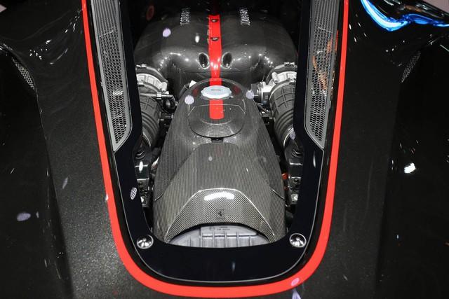 Cụ thể, Ferrari LaFerrari Aperta cũng được trang bị động cơ V12, dung tích 6,3 lít, sản sinh công suất tối đa 800 mã lực. Động cơ này kết hợp với mô-tơ điện có công suất tối đa 163 mã lực. Nhờ đó, Ferrari LaFerrari Aperta sở hữu công suất tổng cộng 963 mã lực và mô-men xoắn cực đại 900 Nm.