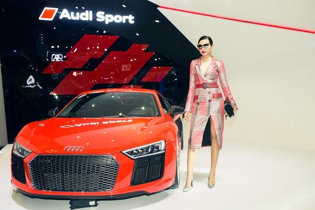 Siêu mẫu Thanh Hằng bên chiếc siêu xe Audi R8 V10.
