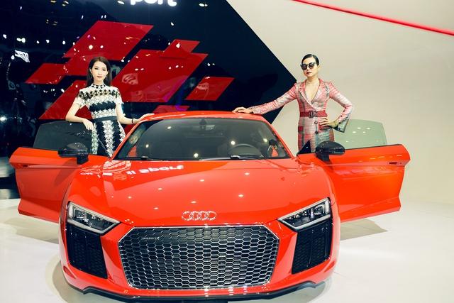 Hoa hậu Đặng Thu Thảo và siêu mẫu Thanh Hằng tạo dáng bên Audi R8.