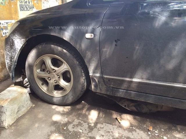 Chiếc Honda Civic do một tài xế nữ cầm lái bất ngờ chồm lên phía trước và lao vào tường.