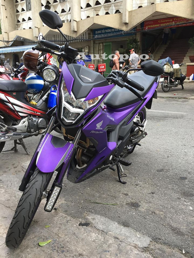 Những chiếc Honda Sonic 150R phiên bản 2015 được đưa về nước vào cuối tháng 11 năm ngoái và được xem như đối thủ chính của Yamaha Exciter 150 hay Suzuki Raider 150. Về kiểu dáng, Sonic 150R thuộc mẫu xe underbone, nên còn khá kén chọn đối với nhiều người chơi xe côn tay tại thị trường Việt Nam.