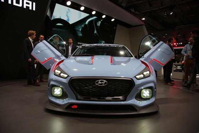 Về thiết kế, Hyundai RN30 gây ấn tượng với phần đầu xe được trang bị lưới tản nhiệt dạng thác nước chảy mới nhất. Bên cạnh đó là cụm đèn pha có thiết kế như xe tương lai, tích hợp dải đèn LED định vị ban ngày.