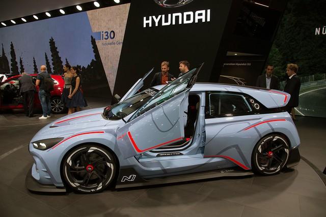 Xe đua hiện nay thường sử dụng vật liệu nhựa gia cố sợi carbon CFRP. Trong khi đó, hãng Hyundai lại kết hợp với hãng hóa học BASF để chế tạo một loại nhựa hiệu suất cao hoàn toàn mới, không chỉ nhẹ mà còn bền và thân thiện với môi trường, dành cho RN30. Với loại vật liệu mới này, Hyundai RN30 có thể tăng tốc và xử lý tốt hơn.