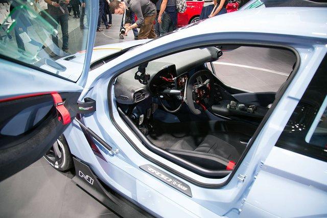 Để tăng độ linh hoạt cho xe, nhãn hiệu Hàn Quốc còn hạ thấp trọng tâm của Hyundai RN30 bằng cách thay đổi vị trí ghế lái. So với xe tiêu chuẩn, ghế lái dạng ôm thân người ngồi như xe đua của Hyundai RN30 nằm thấp và lùi về phía sau hơn.