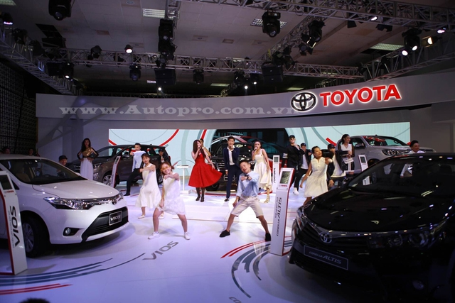 Khu vực trưng bày những mẫu xe đang được ưa chuộng nhất của Toyota hiện nay gồm xe hot Toyota Fortuner 2016, xe gia đình MPV Innova 2016 và bán tải Hilux 2016.